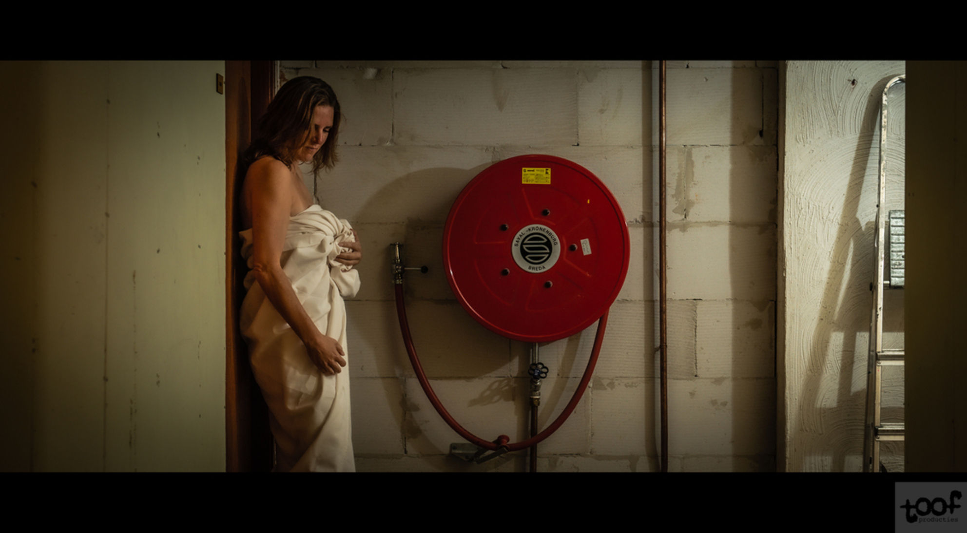 Emergency call - - - foto door toof op 01-12-2019 - deze foto bevat: vrouw, licht, portret, schaduw, flits, nikon, erotiek, naakt, emotie, still, fotoshoot, flitser, laken, boudoir, cinematic, d750