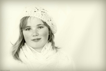 zacht.... - een heel ander meisje, maar ook van de zelfde leeftijd als de vorige upload. 12 jaar tussen tafellaken en servet leeftijd. van dit meisje kreeg ik  - foto door close.to.yoU.fotografie op 20-03-2014 - deze foto bevat: portret, feest, zwart wit, groep 8