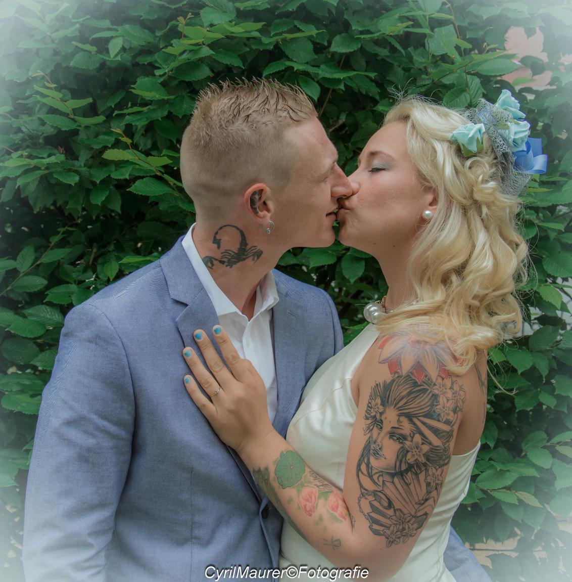 Kissing Married Couple - - - foto door sipmaurer op 13-06-2016 - deze foto bevat: portret, liefde, daglicht, beauty, emotie, bruid, bruiloft, blond, closeup, fotoshoot, bruidegom