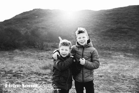 Broers in zwart-wit
