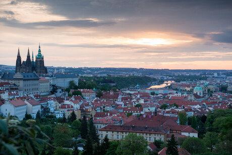 een bewolkte zonsopkomst in Praag