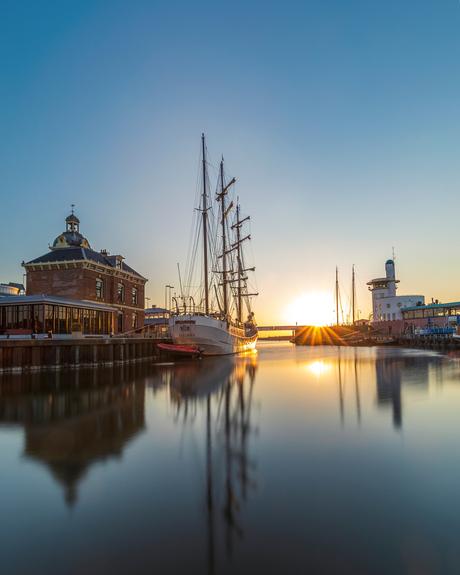 Zon en Waddenzee en boten