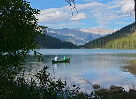 Met de Kano - Nabij Banff, op Lake Minnewanka. Dit stel vertrekt  voor een kanotocht op dit mooie meer. Een heerlijke dag op een prachtige plek. Pas wel op voor be - foto door Floriscal op 03-04-2015 - deze foto bevat: water, natuur, reizen, landschap, bergen, meer, amerika, kano, banff