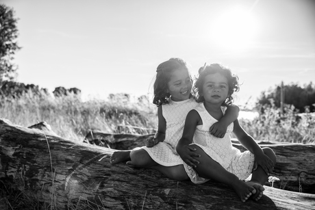 Zusjes op een mooie,warme, zomerse avond