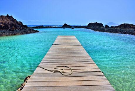Steiger in blauw water