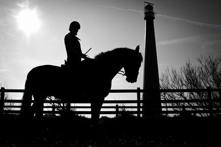 Tessa op haar paard - Een silhouet foto. - foto door martmarbus55 op 03-11-2011 - deze foto bevat: paard, silhouet, tessa, theo, vuutoren