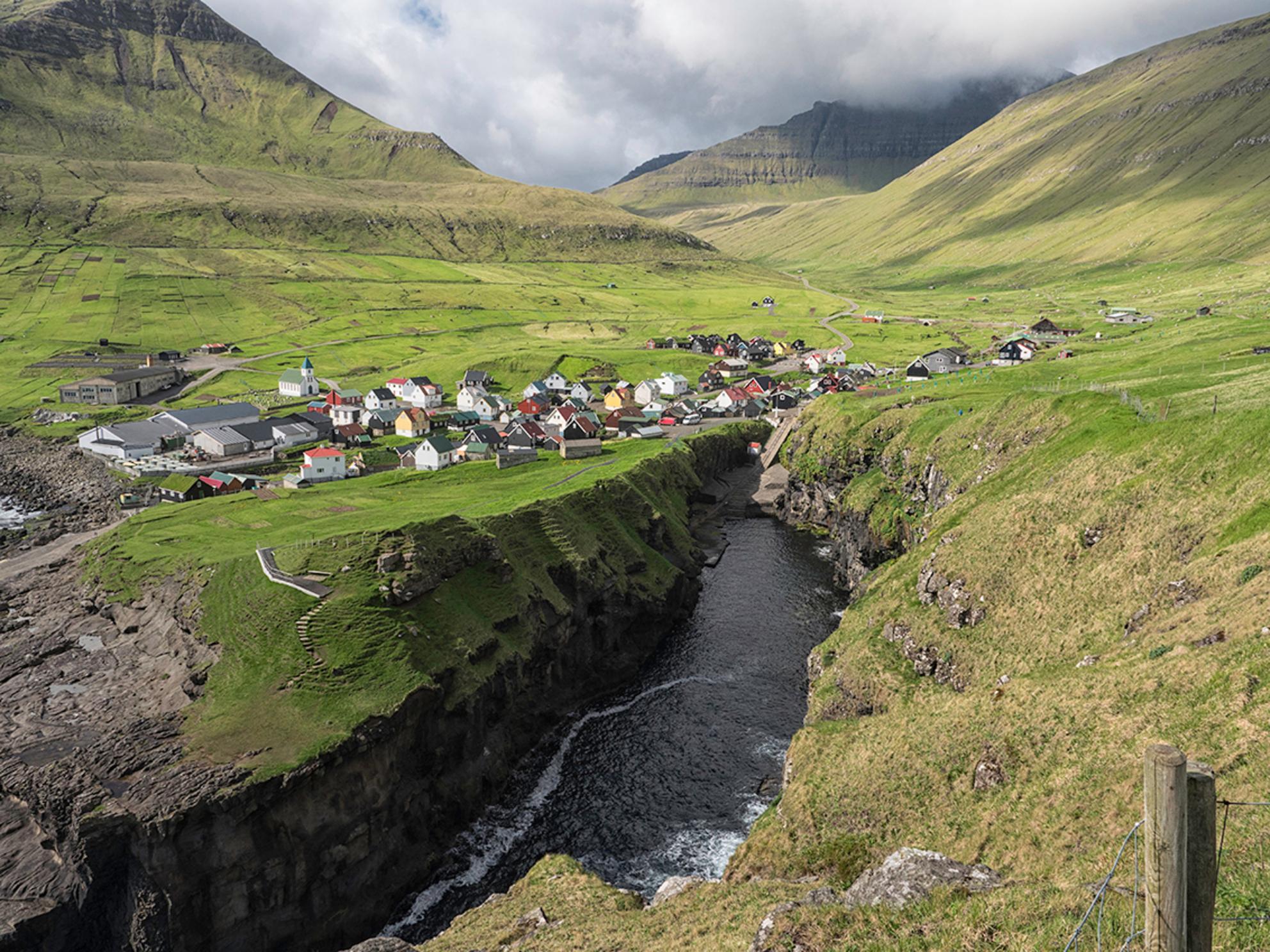 Gjógv, Faeröer - Het prachtige stadje Gjógv (zeg jekff). - foto door Lakesite op 13-09-2017 - deze foto bevat: lucht, wolken, kleur, uitzicht, zee, water, natuur, vakantie, reizen, landschap, zomer, bergen, wandelen, reisfotografie, europa, Faeröer