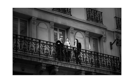 straat 10 - op een Parijs balkonnetje...... - foto door bernhard48 op 15-02-2018 - deze foto bevat: straat, avond, parijs, balkon, zwartwit, straatfotografie