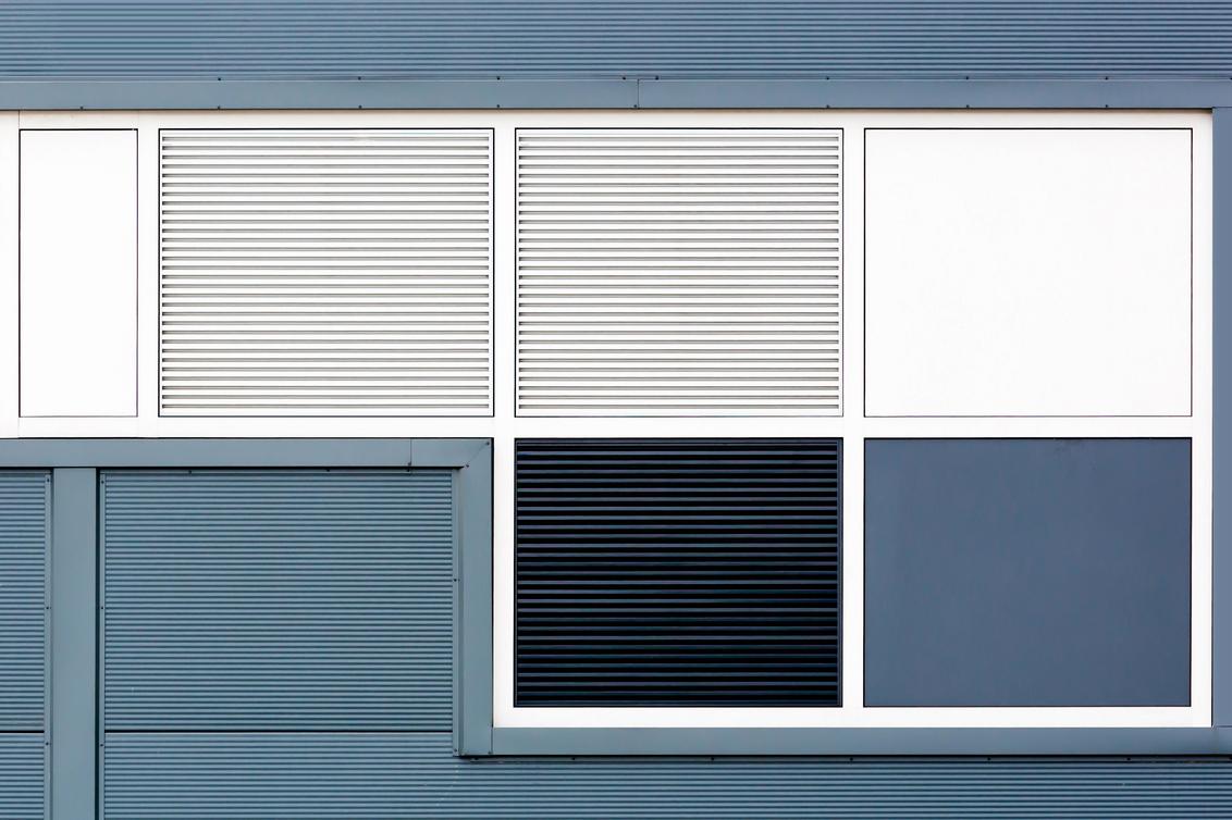 Squares - Weinig echte kleuren en toch viel dit gedeelte van een deur op door het aanwezige patroon.  Dank jullie wel voor de mooie reacties op reflekties. F - foto door niezen_zoom op 18-06-2016