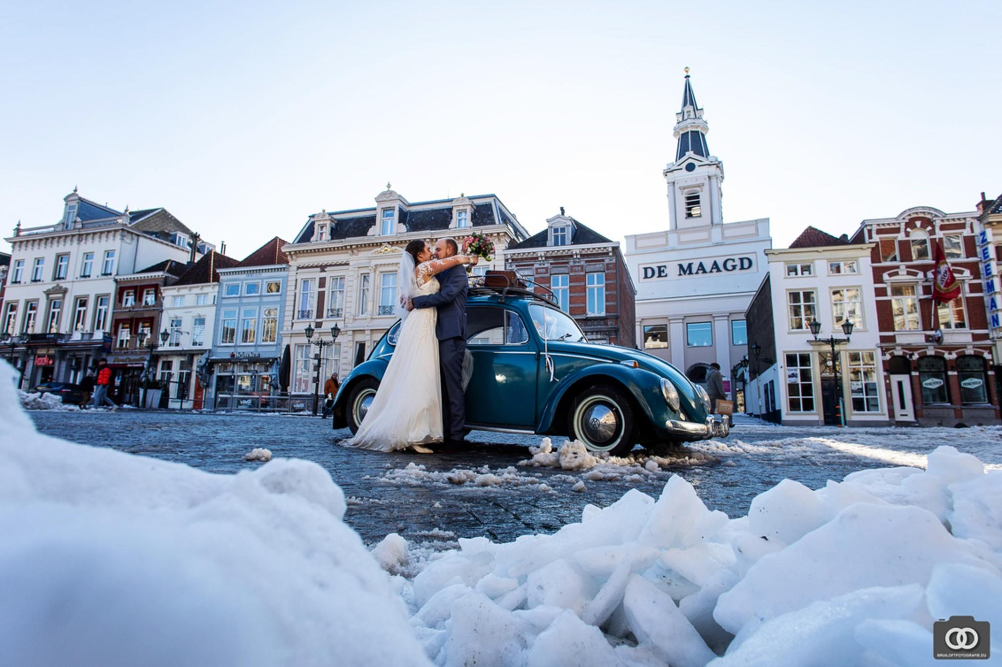 trouwen in de sneeuw - Wat was het koud! - foto door robinlooy op 12-02-2021 - deze foto bevat: trouwen, kever, sneeuw, winter, bruiloft, bruidspaar, volkswagen, trouwfotografie, Bergen op Zoom, trouwfotograaf - Deze foto mag gebruikt worden in een Zoom.nl publicatie