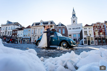 trouwen in de sneeuw - Wat was het koud! - foto door robinlooy op 12-02-2021 - deze foto bevat: trouwen, kever, sneeuw, winter, bruiloft, bruidspaar, volkswagen, trouwfotografie, Bergen op Zoom, trouwfotograaf