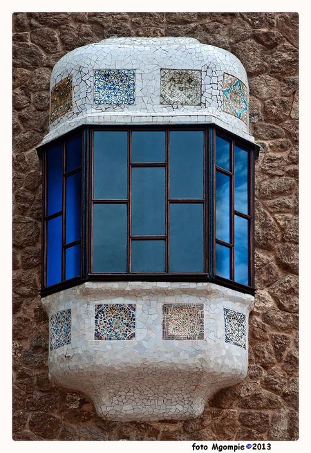 Barca Gaudi - Natuurlijk ook een stukje Gaudi bij mijn Barcelona-reeks. Raam in Park Guell; het blauwe heeft hij van mij geleend (lol).  Iedereen bedankt voor de - foto door mgompie op 30-06-2013 - deze foto bevat: raam, barcelona, gaudi, mgompie, tegeltjes, mgompieblauw