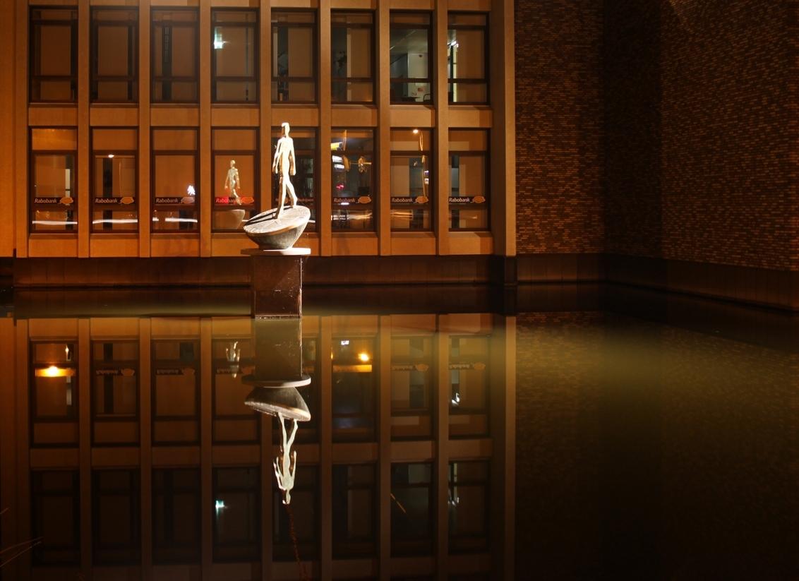 Weerspiegeling - Dank voor jullie eerdere reacties.  Vrijdag avond was ik op pad gegaan en op de terug weg reed ik door Woudenberg. Omdat ik vaker langs Woudenberg  - foto door mvdvaart op 25-09-2011 - deze foto bevat: standbeeld, weerspiegeling, nachtfotografie, rabobank, avondfotografie, woudenberg, nacht fotografie, avond fotografie