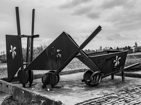Kruiwagens - Kunstwerk - foto door capture1 op 15-04-2021 - locatie: 3247 Dirksland, Nederland - deze foto bevat: wolk, lucht, wiel, motorvoertuig, hout, zwart en wit, autoband, automotive wielsysteem, landelijk gebied, voertuig