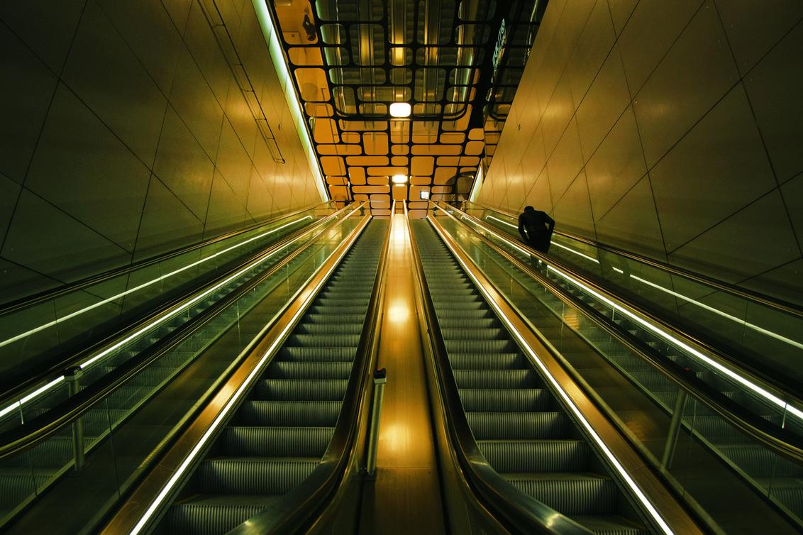 Goldrush - - - foto door br4mbusink op 03-03-2021 - deze foto bevat: station, amsterdam, kleur, straat, licht, architectuur, reflectie, perspectief, straatfotografie, symmetrie