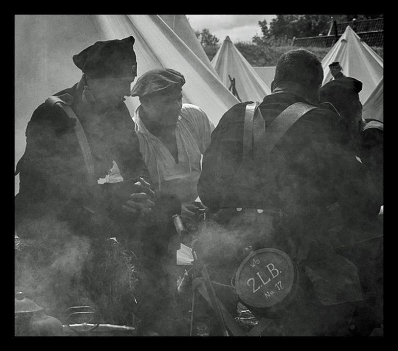 Comrades - Slag om Bourtange, 13 mei 2012 - foto door hillegonda op 16-05-2012 - deze foto bevat: rook, bourtange, vrienden, zwart wit