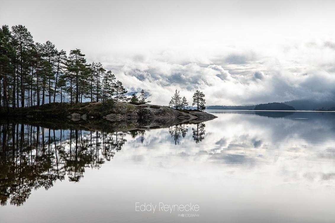 BYGLANDSFJORD - Prachtige wolkenpartijen en weerspiegeling in de Byglandsfjord Noorwegen. - foto door eddy-reynecke op 04-03-2019 - deze foto bevat: lucht, wolken, water, natuur, licht, herfst, spiegeling, landschap, bos, tegenlicht, bomen, bergen, meer, noorwegen, lange sluitertijd, Byglandsfjord