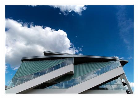 lijnen en luchten - lijnen en luchten in Breda - foto door corvangriet op 08-08-2015 - deze foto bevat: lucht, licht, lijnen, architectuur, reflectie, gebouw, stad, breda, diagonaal