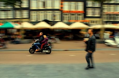 Achterop de scooter
