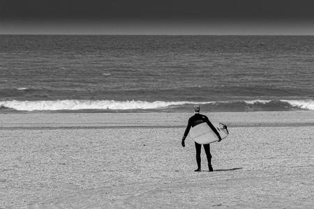 Nog geen lente - to surf or not to surf - foto door carbone op 11-04-2021 - locatie: Strandweg 34, 2586 KM Den Haag, Nederland - deze foto bevat: water, mensen op het strand, mensen in de natuur, strand, gelukkig, kust- en oceanische landvormen, horizon, paraplu, windgolf, recreatie