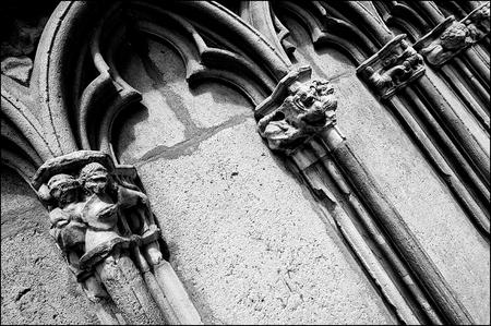 Barcelona 2012-16 - Omdat Barcelona toch al heel wat jaartjes meegaat, is het bezaaid met bouwstijlen alom. Alle stijlen zijn er vertegenwoordigd en dat maakt zo'n oude  - foto door mphvanhoof_zoom op 01-10-2012 - deze foto bevat: architectuur, gebouw, gevel, barcelona, vormgeving, gotiek, gotisch, bouwkunde, zwart wit, oude gebouwen