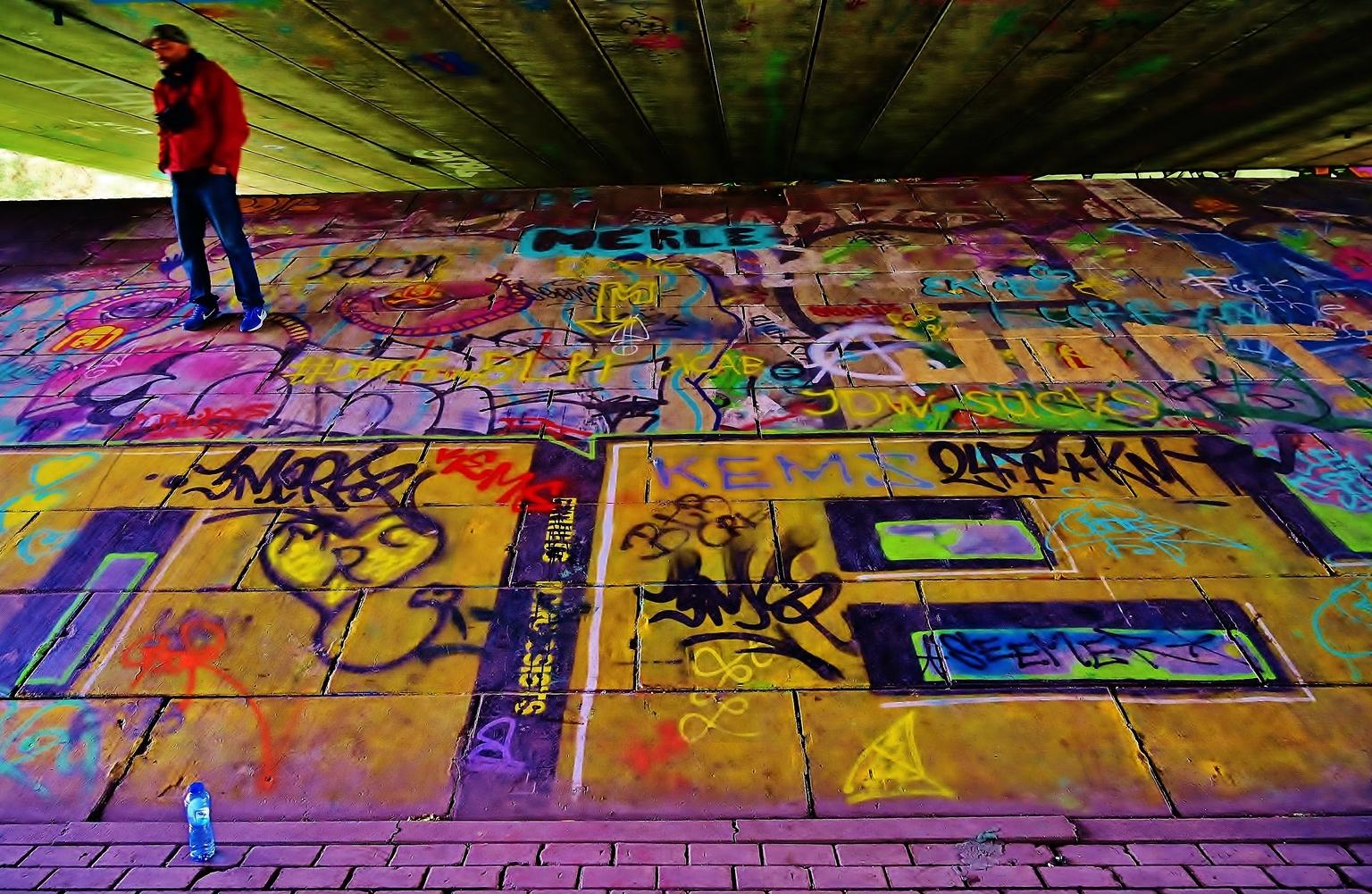 Fascination Art ... - ..... N3 Viaduct / Dordrecht - foto door f.arts1 op 16-04-2021 - locatie: Wantijdijk, Dordrecht, Nederland - deze foto bevat: wereld, licht, groen, geel, weg oppervlak, kunst, lettertype, graffiti, openbare ruimte, lijn