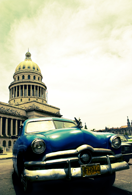 Oldtimer in front of Capitolio