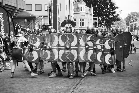 Daar komen de Romeinen. - Romeins festival.  Omgezet naar zwart wit. - foto door nicole-8 op 08-07-2019 - deze foto bevat: mensen, straat, zwartwit, beweging, straatfotografie, festival, centrum, romeinen, monochroom, evenement, nivas, castellum, canon80d