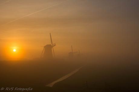 De drie molens in de mist