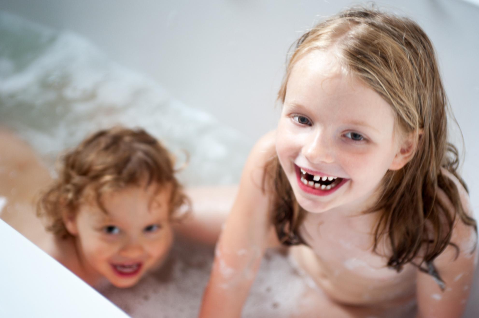 badpret - plezier in de badkuip - foto door bloemke op 28-02-2015 - deze foto bevat: portret, liefde, daglicht, kind, kinderen, lachen, meisje, jongen, lief, beauty, badkuip, badplezier