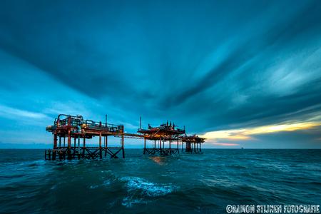 North Sea Sky. - Productieplatform in de engelse sector van de Noordzee. - foto door eyefocus-76 op 21-11-2012 - deze foto bevat: lucht, wolken, zee, water, zonsondergang, avondlicht, gas, industrie, noordzee, olie, offshore