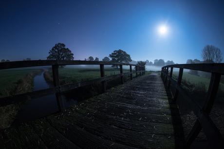 Wewwelstad in de Lutte met volle maan.