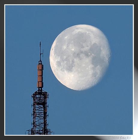 De maan schoof voorbij l