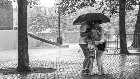 Z1 - De zomer heeft ons verlaten en liet ons achter met onverwachte plensbuien. Mijn Fuji XT3 is, bewezen, spatwaterdicht. - foto door peterspostbus op 27-08-2020 - deze foto bevat: mensen, water, regen, herfst, tegenlicht, zomer, straatfotografie, weer, regenbui, schuilen, stortbui, 35mm, plensbui, peter nijsen, fuji xt3