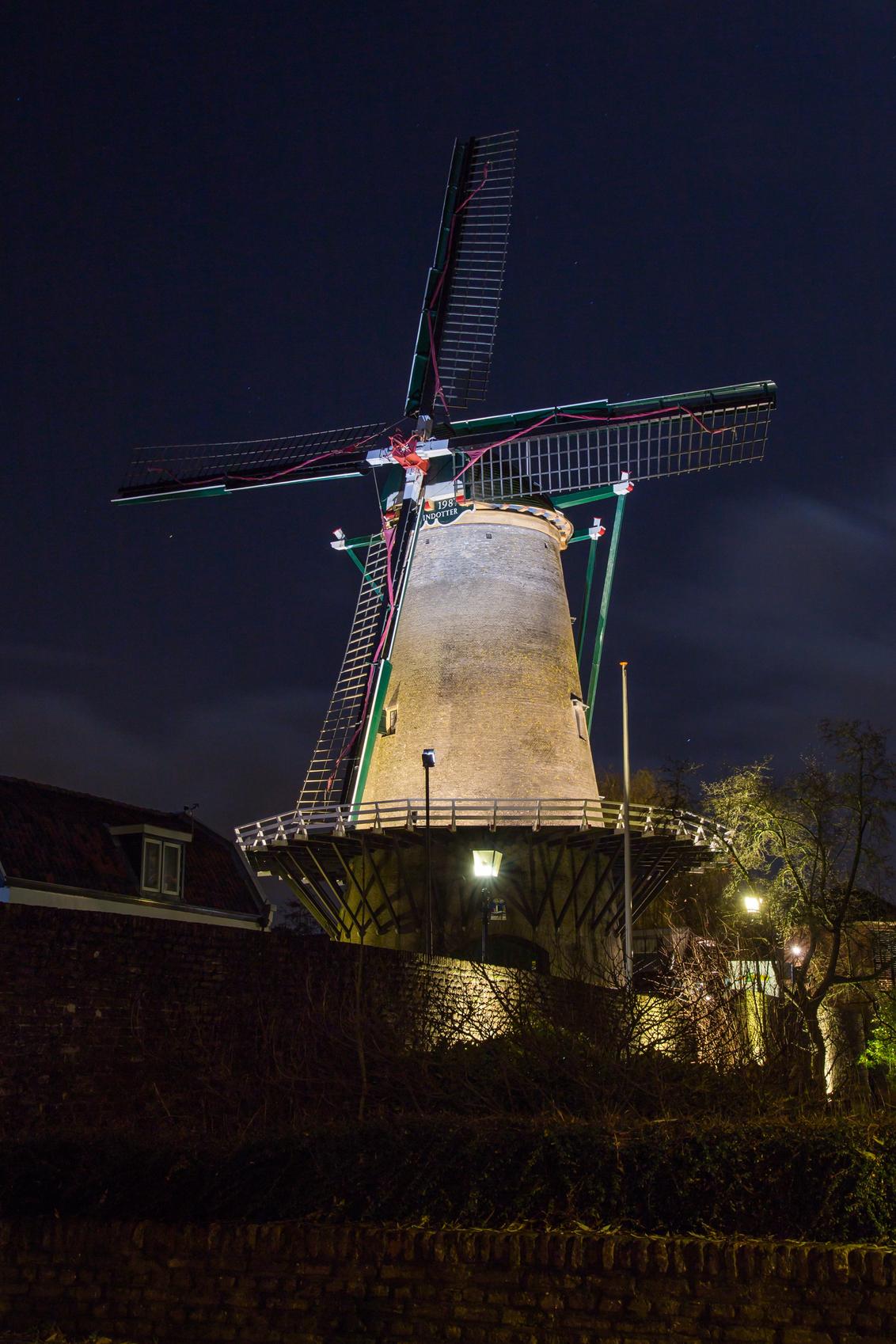 De molen in IJsselstein - Spotlights op de molen 'by night' - foto door marijkevano op 12-12-2019 - deze foto bevat: avond, architectuur, molen; verlichting