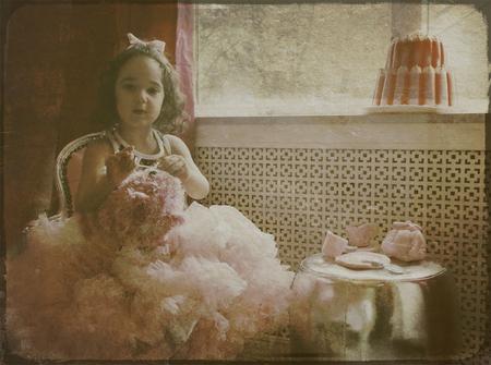 Teatime - bewerking - foto door lotuss op 25-02-2011 - deze foto bevat: portret, kind, bewerking, nostalgisch
