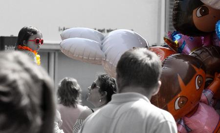 balloons! - kind heeft alleen maar oog voor de tros ballonnen ;) - foto door zy-co op 03-05-2011 - deze foto bevat: mensen, bril, kind, canon, ballonnen, koninginnedag, utrecht, vrijmarkt, eos50d