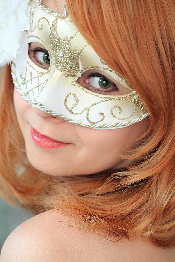 Devira - Ditmaal een vrolijk zelfportret. (: - foto door devira op 01-03-2013 - deze foto bevat: groen, rood, iris, rode, zelfportret, haar, glimlach, lach, smile, masker, schattig, maskertje, oogkleur, groene ogen, Devira