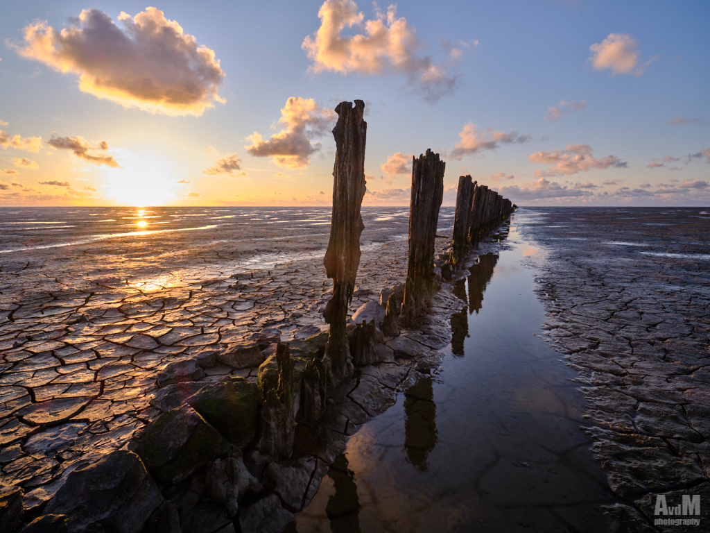 Heerlijke zonsondergang - Zondagavond naar Westhoek geweest. Helaas was het tegen zonsondergang snel gedaan met de mooie dramatische luchten maar wat over bleef was ook prima  - foto door avdmeulen op 04-05-2021 - locatie: 9075 Westhoek, Nederland - deze foto bevat: zonsondergang, waddenzee, wadden, wad, zon, zee, wolken, landschap, kleur, water, warmte, licht, lucht, wolk, water, lucht, atmosfeer, natuurlijk landschap, nagloeien, zonlicht, kust- en oceanische landvormen, hout, schemer