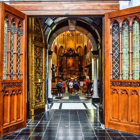 Binnenkijken in kerk in Brugge