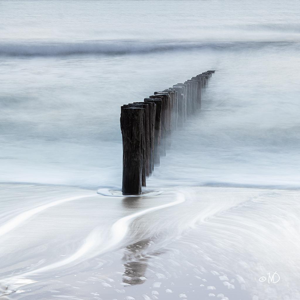 One Row - - - foto door mgtf op 03-03-2020 - deze foto bevat: lucht, wolken, zon, strand, zee, water, natuur, licht, vakantie, zomer, meer, golven, zeeland, nederland, paalhoofden, kustlijn, ingrid van damme