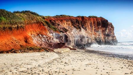 Red Cliff - Een klif langs de Australische Oost-kust. - foto door JelleH op 25-03-2016 - deze foto bevat: lucht, wolken, rood, zon, strand, zee, water, panorama, lente, natuur, licht, boot, herfst, vakantie, landschap, duinen, tegenlicht, zonsopkomst, zand, schelpen, kust, beach, australie, oceaan, oost, klif, cliff