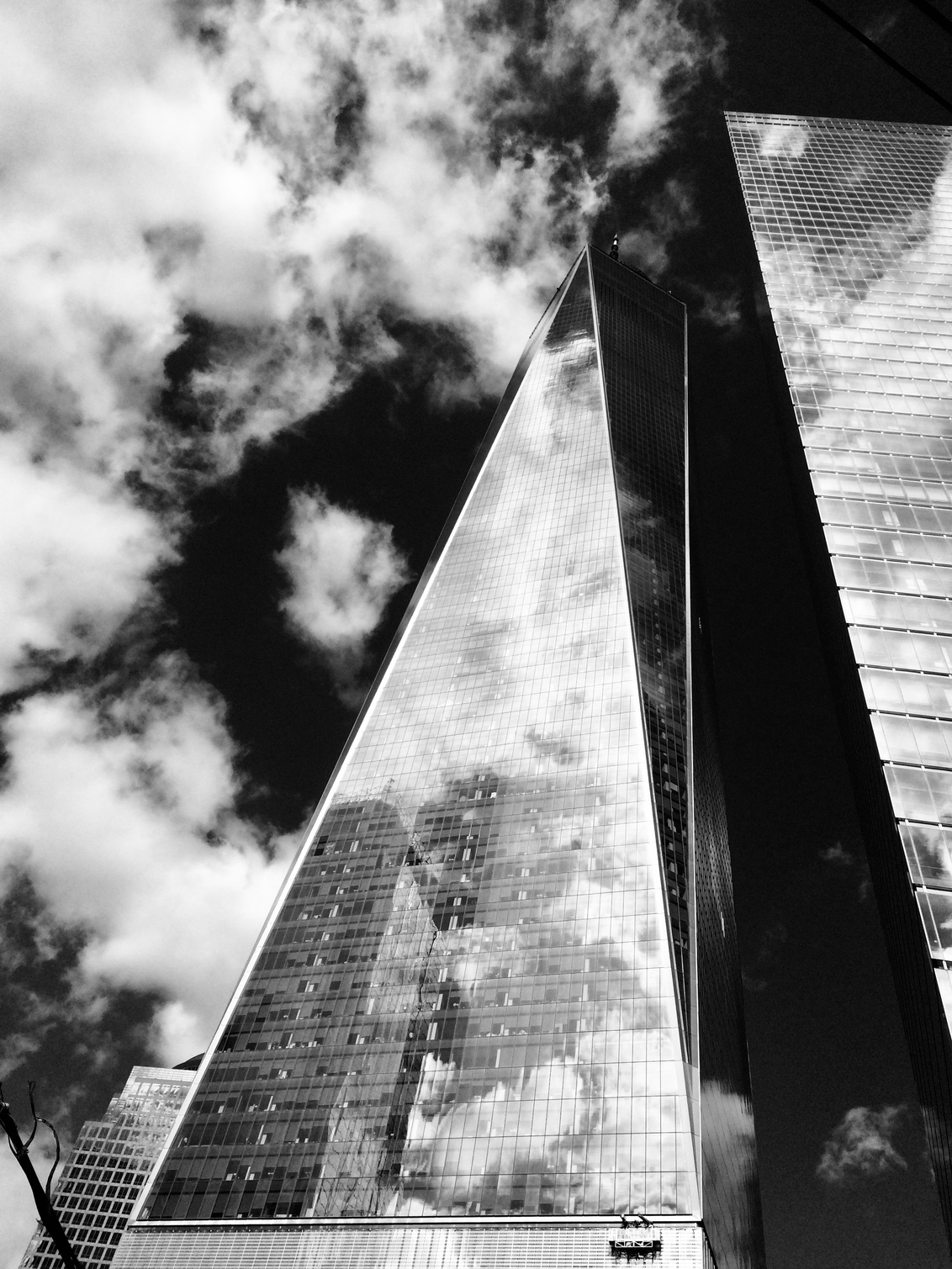 8plus - cloudy in new york - een prachtige dag in nyc - foto door ilseselten op 21-10-2020 - deze foto bevat: lucht, zon, architectuur, gebouw, nyc, zwartwit, cloud, urban exploring