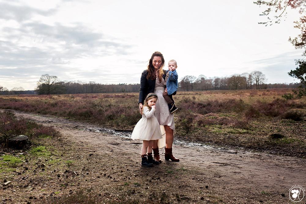 Mama en haar kinderen - Mama en haar kinderen - foto door JaleesaKoelen op 22-05-2020 - deze foto bevat: vrouw, mensen, licht, portret, liefde, moeder, daglicht, kind, kinderen, baby, haar, meisje, jongen, lief, beauty, emotie, bruid, familie, blond, fotoshoot, 35mm