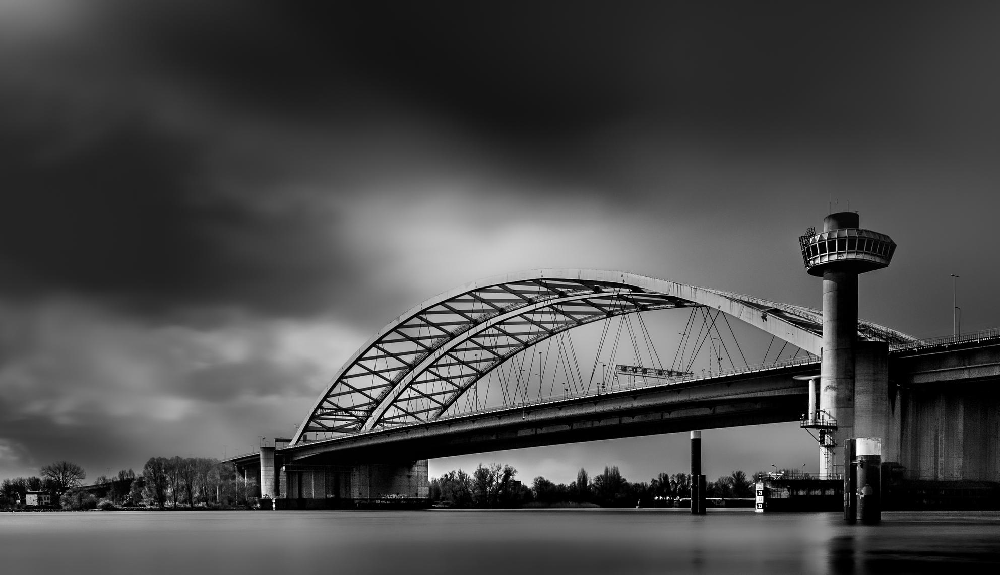 Van Brienenoordbrug  - Lange sluitertijd fotografie. ISO 100 18mm f/10 20 sec.  - foto door Ed600 op 08-04-2021 - locatie: Rotterdam, Nederland - deze foto bevat: water, lucht, gebouw, wolk, gebonden boogbrug, zwart en wit, stadsgezicht, brug, stad, grootstedelijk gebied