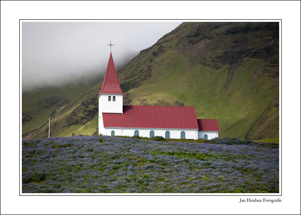 IJsland (2-71) - Kerkje van Vik - foto door JanHouben op 11-04-2021 - locatie: IJsland - deze foto bevat: natuur, natuurlijk landschap, helling, gebouw, hoogland, land veel, berg, gras, rechthoek, landschap