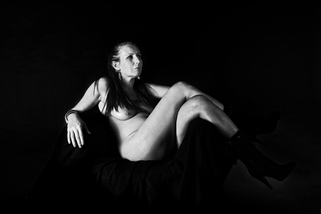 Woman nude in seat -side - Studioshoot, zwart wit conversie met Perfect Photo Suite 9. - foto door hybryds op 16-10-2015 - deze foto bevat: vrouw, donker, nude, naakt, hard, sensueel, zwart wit, hybryds, mature woman