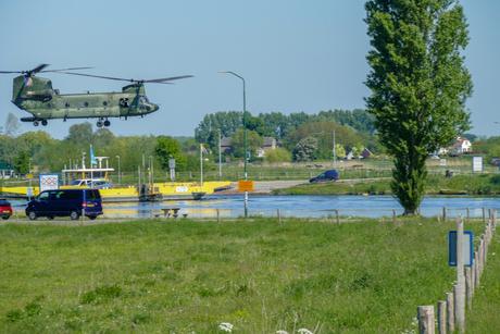 Chinook helikopter vlak boven veerpont