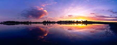 Strabrechtse Heide 111 - Nog maar eentje uit de oude doos: een panorama van het Grafven tijdens een laat zomerse zonsondergang in 2013. In een tijd dat er nog heel veel water - foto door Deshamer op 25-01-2016 - deze foto bevat: lucht, wolken, spiegel, blauw, zon, water, panorama, natuur, licht, herfst, avond, zonsondergang, spiegeling, landschap, heide, bos, tegenlicht, bomen, meer, nederland, ven, grafven