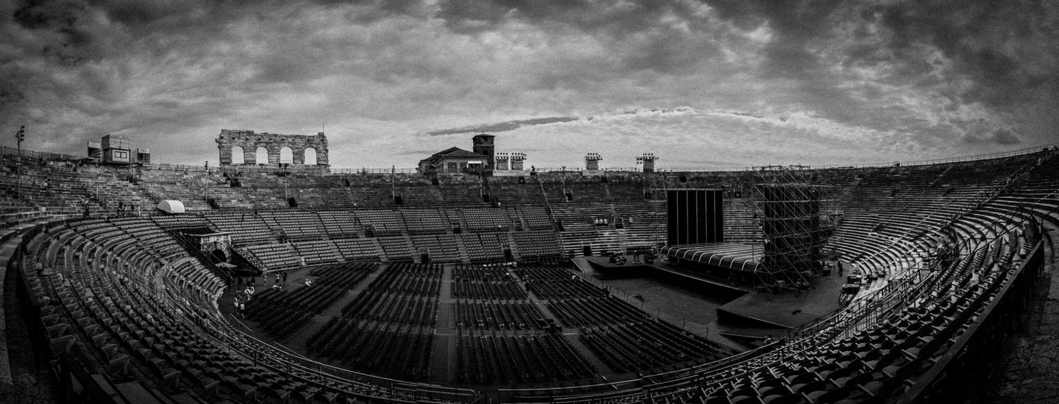 Arena Di Verona - Tijdens de vakantie in Italie afgelopen zomer een bezoek gebracht aan de Arena in Verona. Helaas hebben ze de arena tegenwoordig volgestopt met plas - foto door marcelvdbor op 15-09-2014